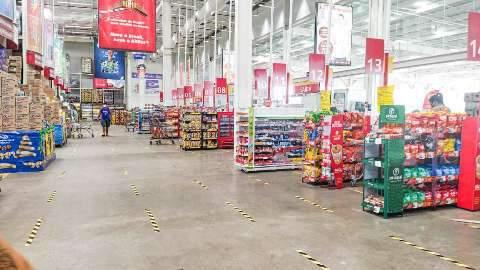 Supermercados abrem e lojas de shoppings atendem remotamente no feriado