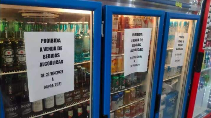 Comunicados fixados em frezzers do comércio de Naviraí (Foto: Eliel Oliveira)