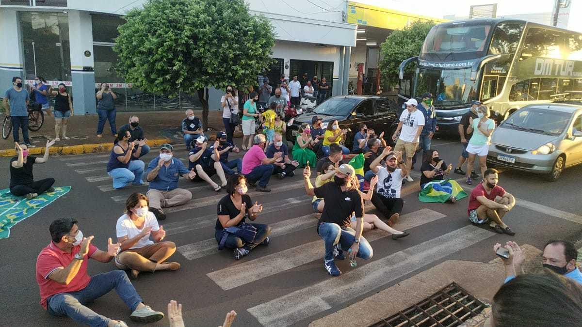 Comerciantes sentados no meio da Avenida Marcelino Pires, durante protesto nesta tarde. (Foto: Adilson Domingos)