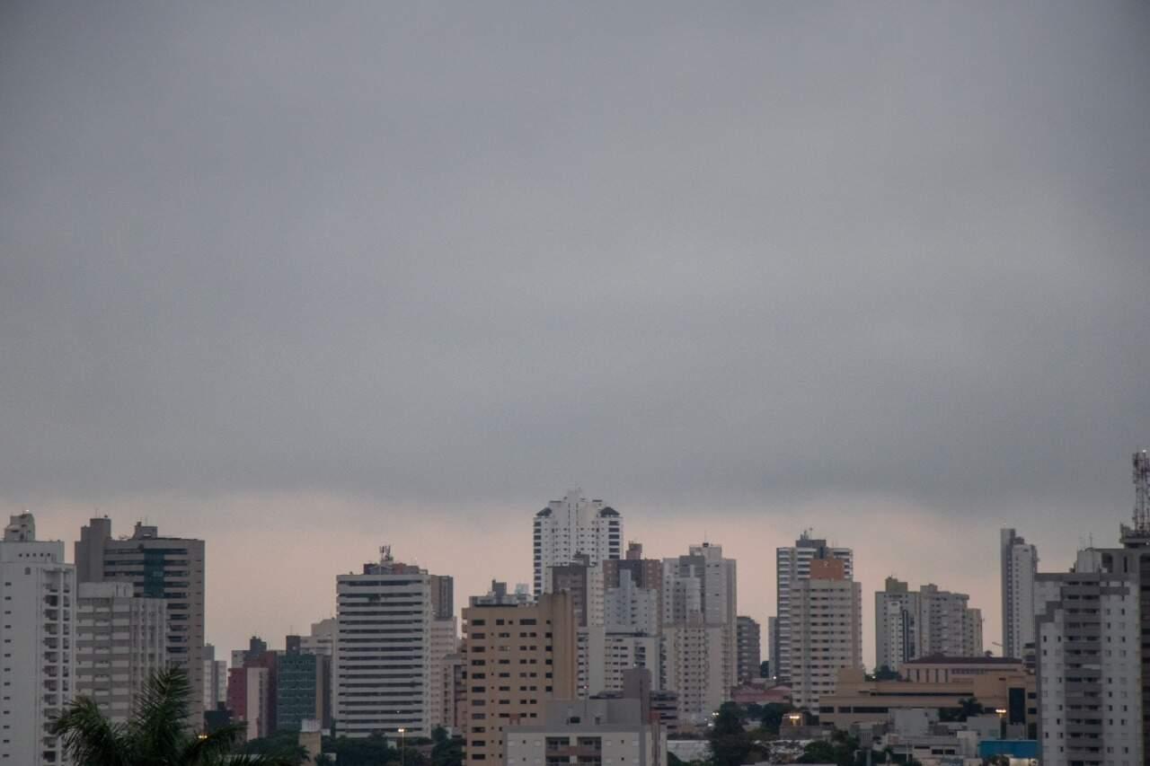 Capital amanheceu com céu nublado mas sem previsão de chuva (Foto: Henrique Kawaminami)