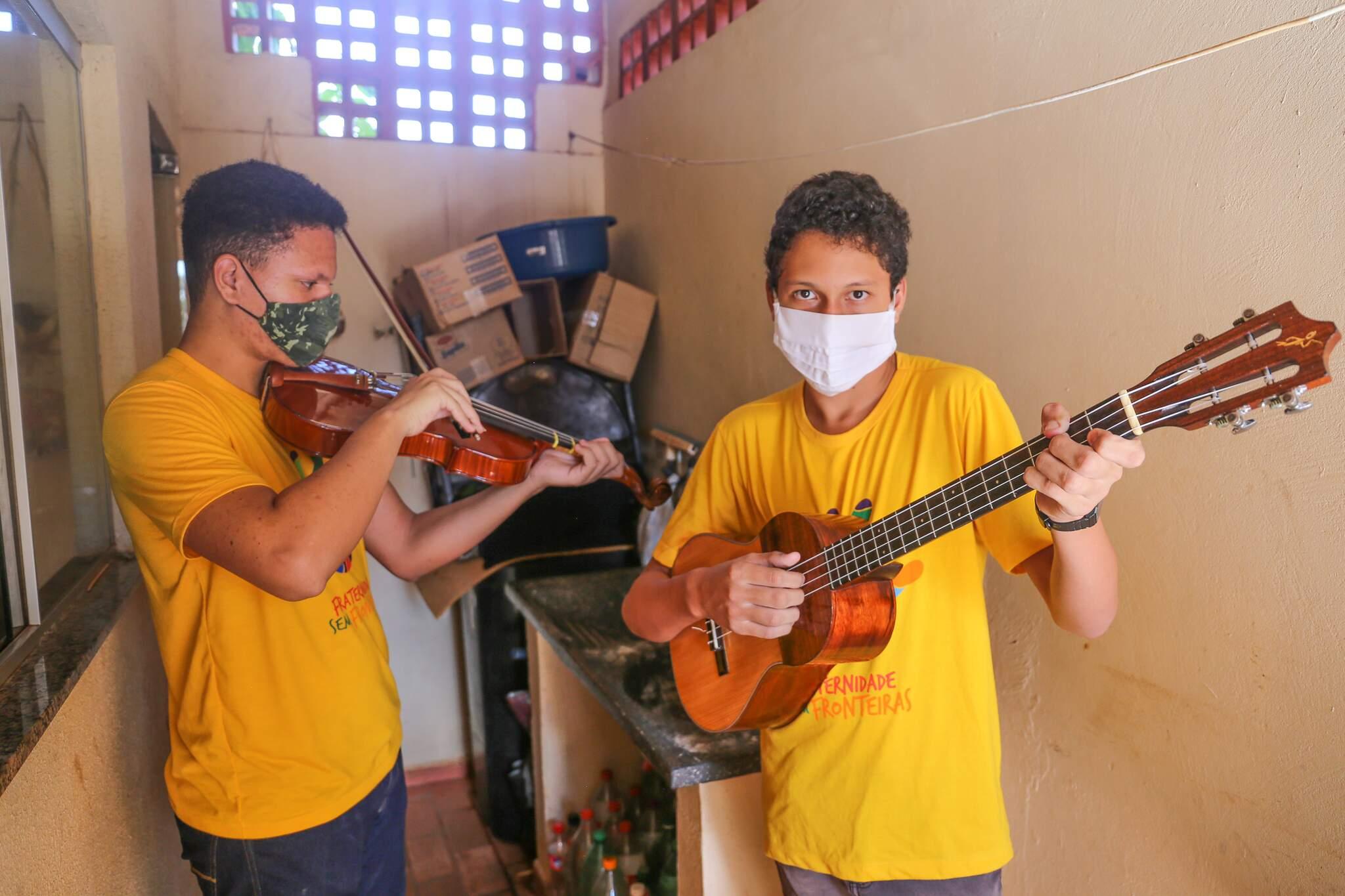 Os dois irmãos tocam desde que eram crianças. (Foto: Paulo Francis)