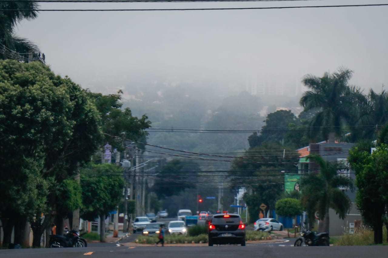 Vista do bairro Chácara Cachoeira mostra cidade encoberta por névoa (Foto: Henrique Kawaminami)