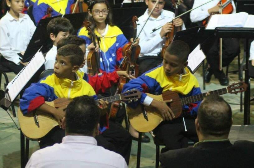David (à direita) tocando na Orquestra Nacional da Venezuela. (Foto: Arquivo Pessoal)