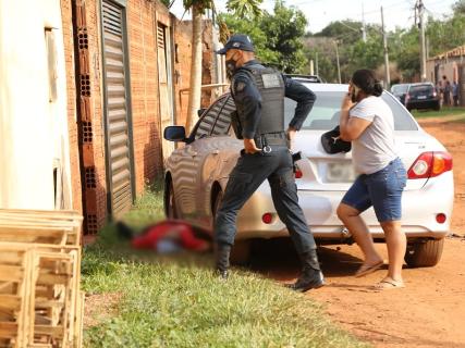 Vizinha abre portão e encontra homem caído com tiros no tórax e no braço