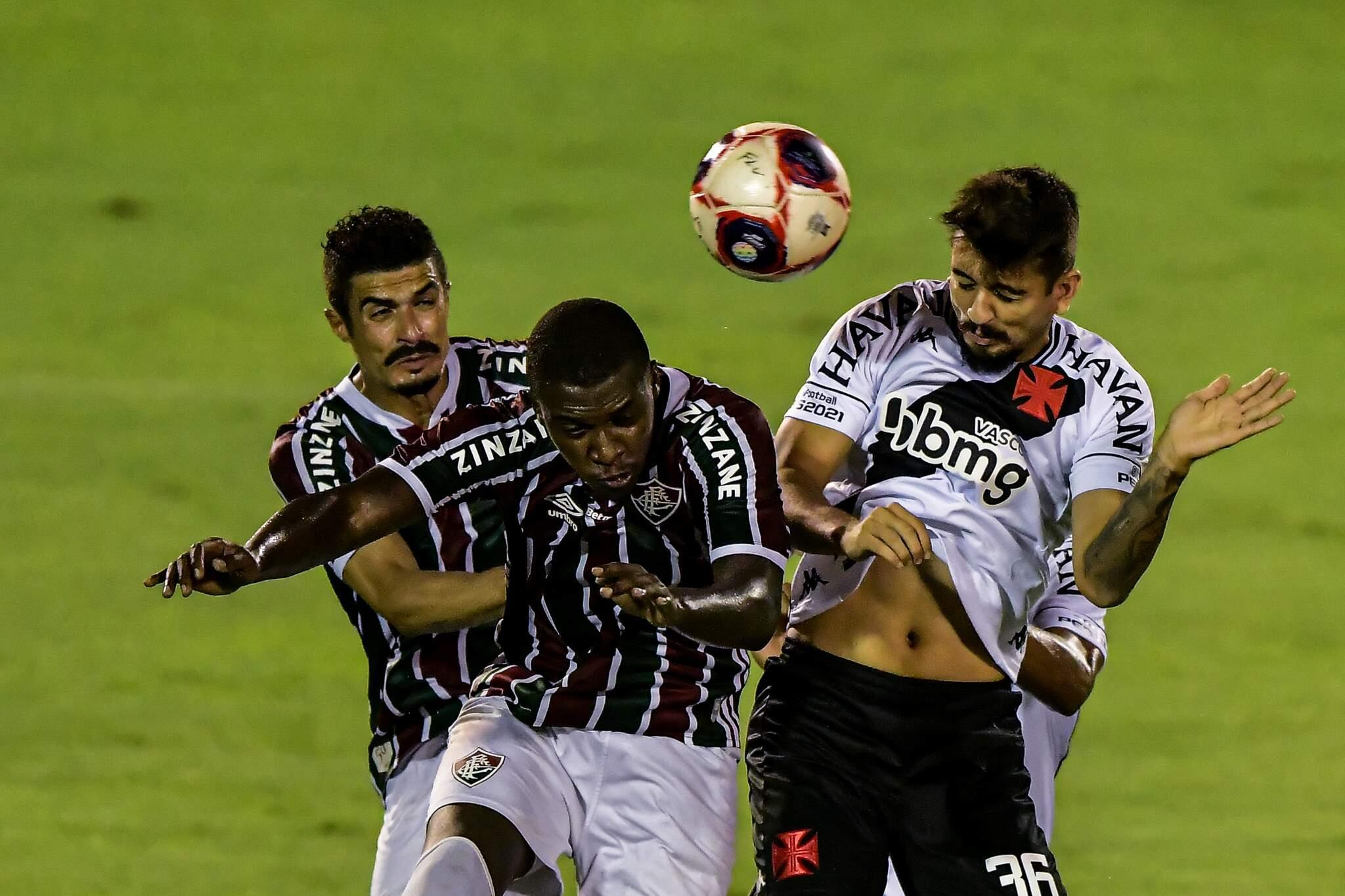 Luiz Henrique jogador do Fluminense disputa lance com Ricardo Graça jogador do Vasco durante partida no estádio Raulino de Oliveira pelo campeonato Carioca 2021. (Foto: Estadão Conteúdo)