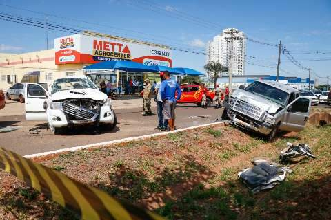 Homem é socorrido em estado grave após colisão de camionetes