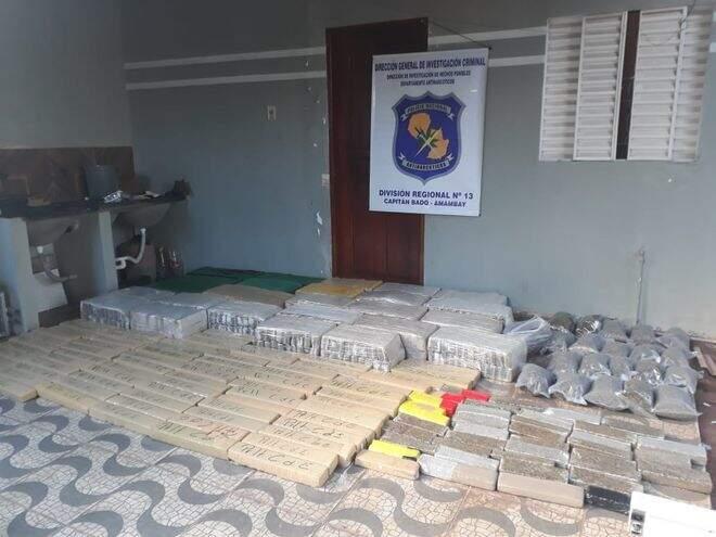Tabletes e sacos de maconha encontrados na residência. (Foto: ABC Color)