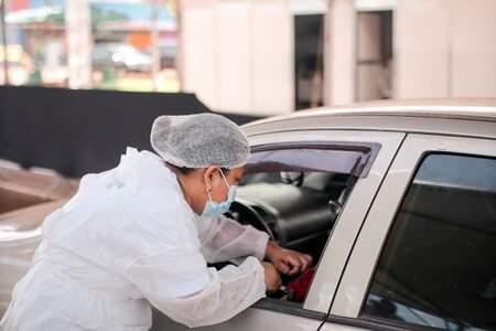 Morador de Sidrolândia é vacinado dentro do carro. (Foto: Divulgação)