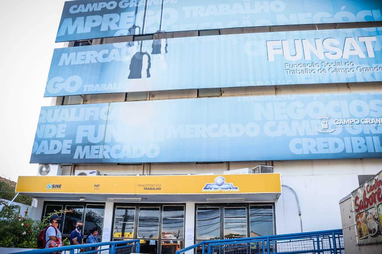 Candidatos em fila na frente da Funsat, em Campo Grande. (Foto: Henrique Kawaminami)