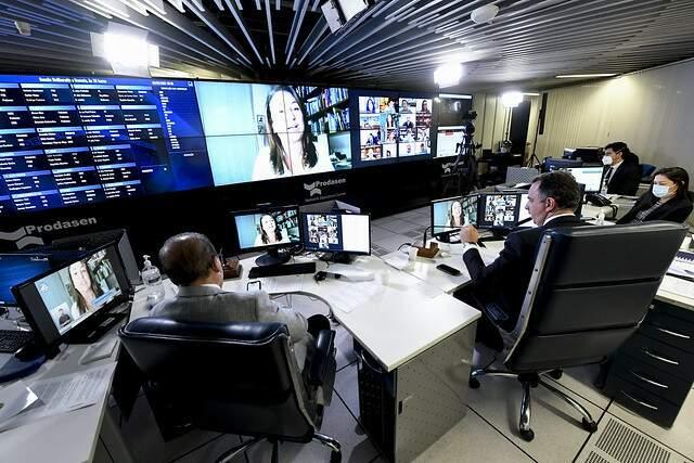 Sessão Deliberativa Remota (SDR) do Senado Federal realizada a partir da sala de controle da Secretaria de Tecnologia da Informação (Prodasen), nesta terça-feira. (Foto: Jefferson Rudy/Agência Senado)