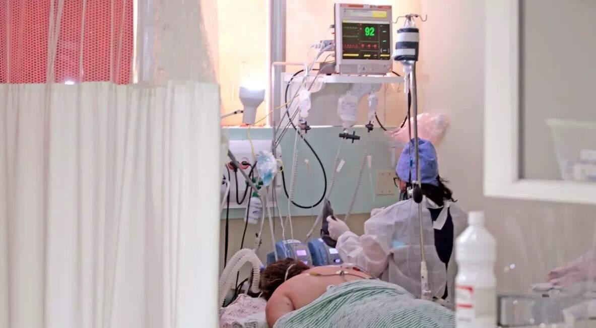 Atendimento em leito de UTI covid-19 no Hospital Regional, em Campo Grande. (Foto: Saul Schramm/Segov)