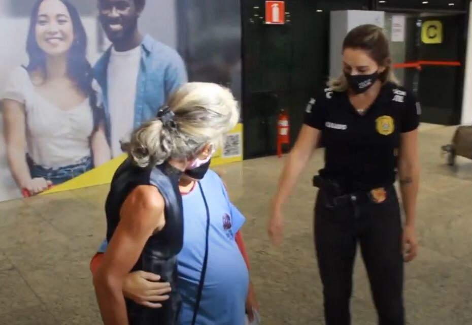 De azul, mulher que foi escrazada por família em Campo Grande abraçada com a mãe. (Foto: Reprodução/Youtube)