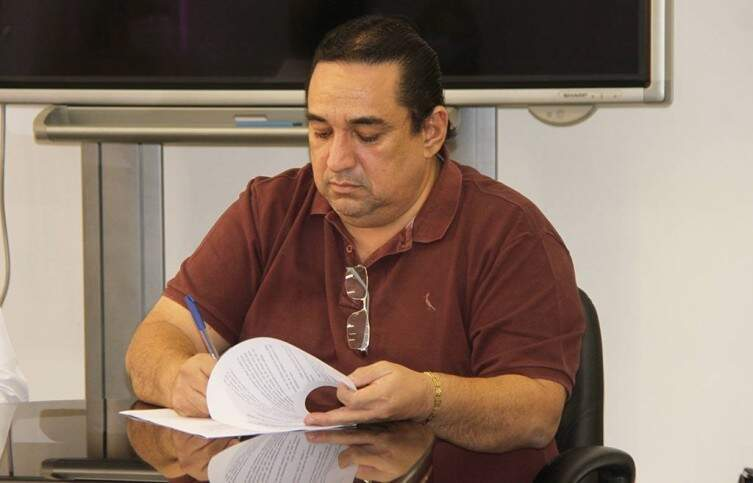 Prefeito de Corumbá, Marcelo Iunes, assina documento em evento (Foto: Divulgação)