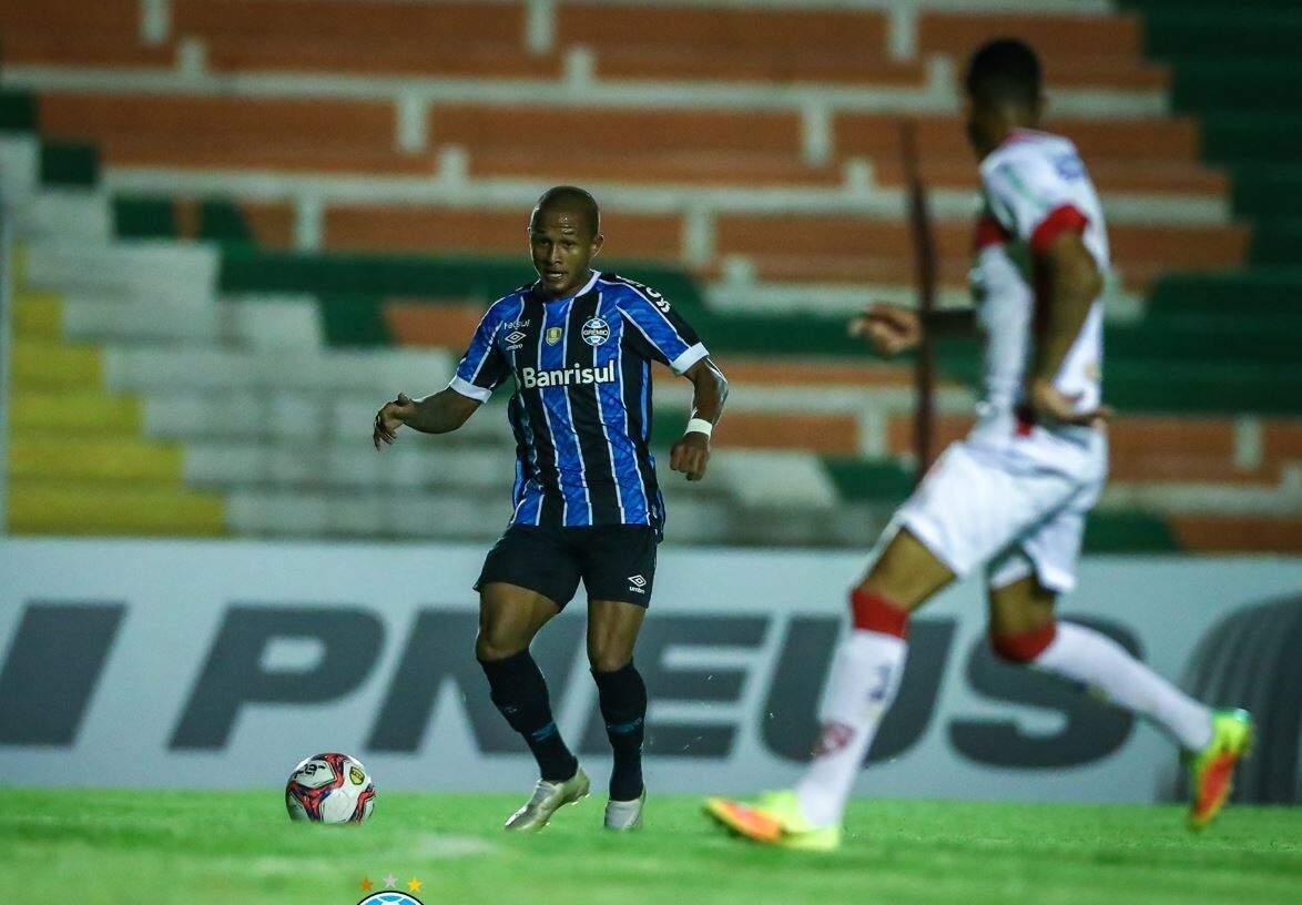 Disputa de bola durante o jogo desta noite. (Foto: Lucas Uebel/GrêmioFBPA)