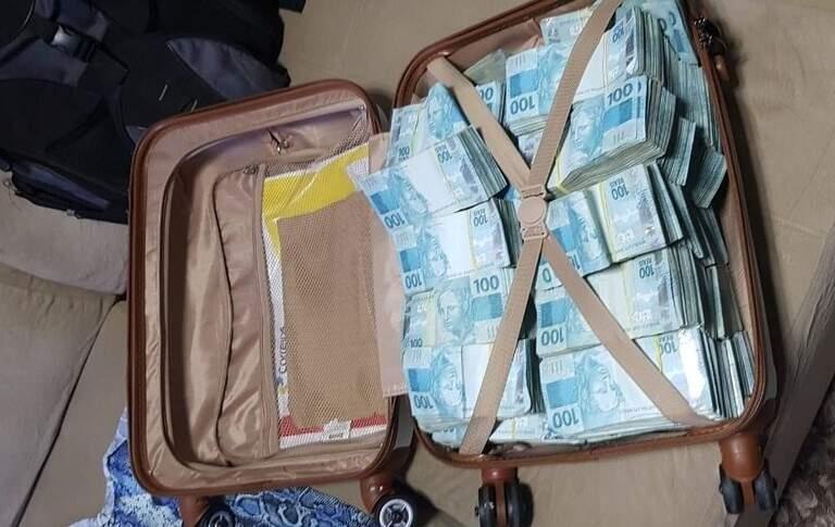 Mala com dinheiro apreendida hoje em operação da Polícia Federal. (Foto: Divulgação/PF)