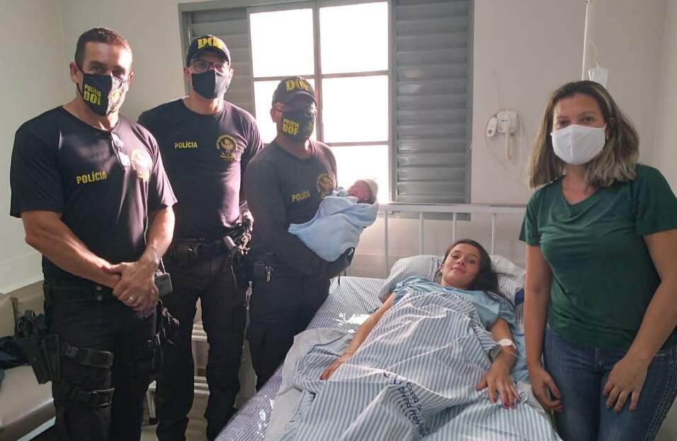 Após parto, mulher e bebê foram levados por policiais para hospital (Foto: Divulgação/DOF MS)