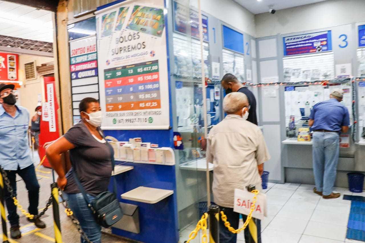 Movimento de clientes em lotérica da Capital. (Foto: Henrique Kawaminami)
