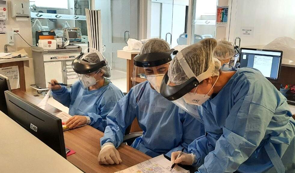 Dia a dia em UTI da covid tem sido desafiador para equipe que lida diariamente com óbitos. (Foto: Hospital Cassems Campo Grande)