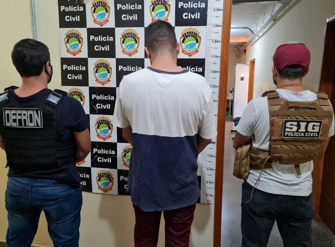 Preso por tráfico, Michel Oliveira, ao lado de policiais da Defron e SIG (Foto: Divulgação)