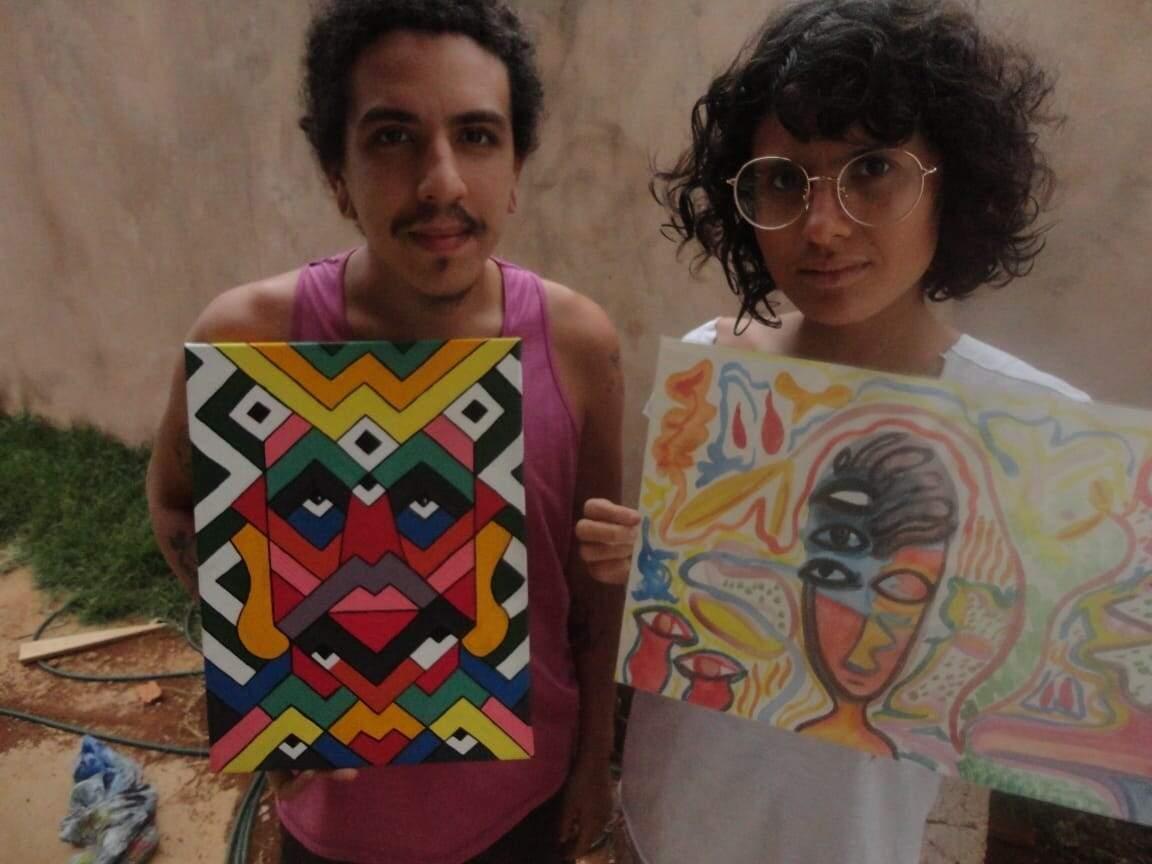 Aldivio e Luara com pinturas produzidas por eles (Foto: Arquivo Pessoal)