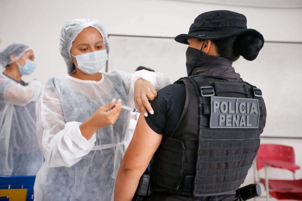 Policial penal sendo vacinada em outro estado brasileiro (Foto: Marco Santos/Agência Pará)