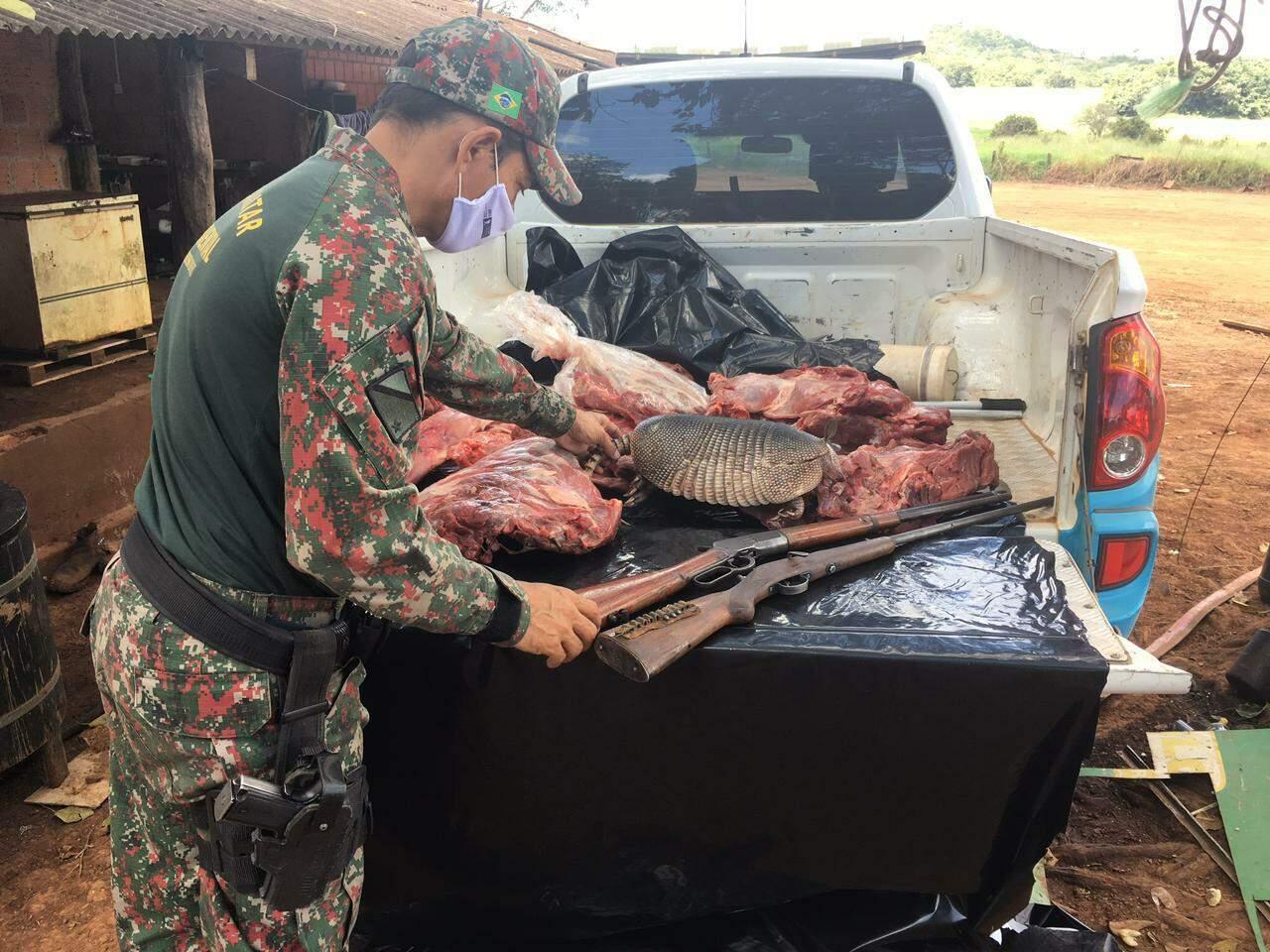 Policial MIlitar Ambiental apreendeu dois rifles, carnes de cateto, cutia e tatu abatidos durante caça ilegal. (Foto: Divulgação)