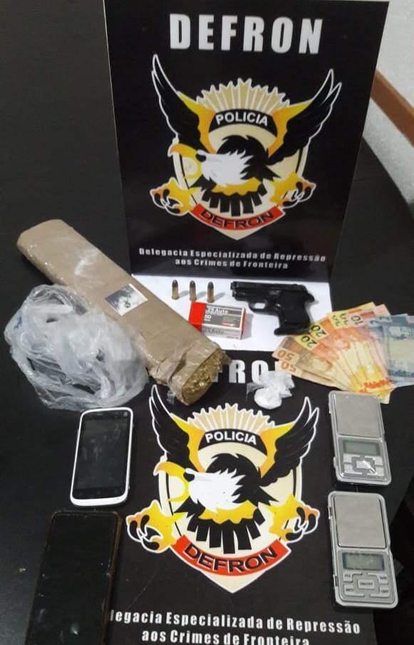 Celulares, arma, dinheiro e droga encontrados na casa (Foto: Divulgação)