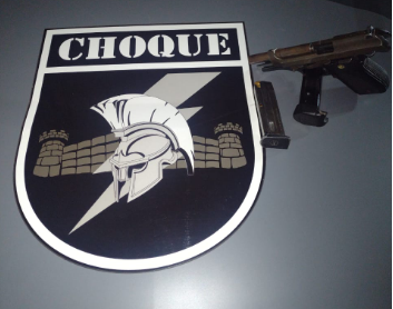 Arma, provavelmente utilizada no crime, foi apreendida (Foto: Batalhão de Choque)