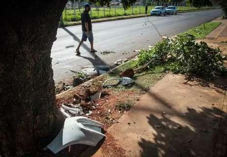 Técnica em enfermagem morre ao colidir veículo em árvores e lixeira