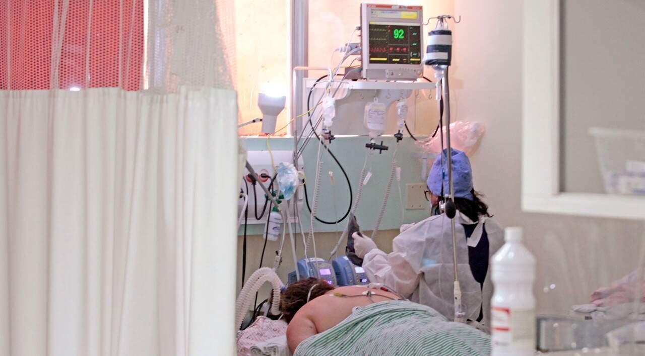 Paciente de covid-19 internado em leito de UTI no Hospital Regional de Mato Grosso do Sul (Foto: Saul Scharmm/Governo estadual)