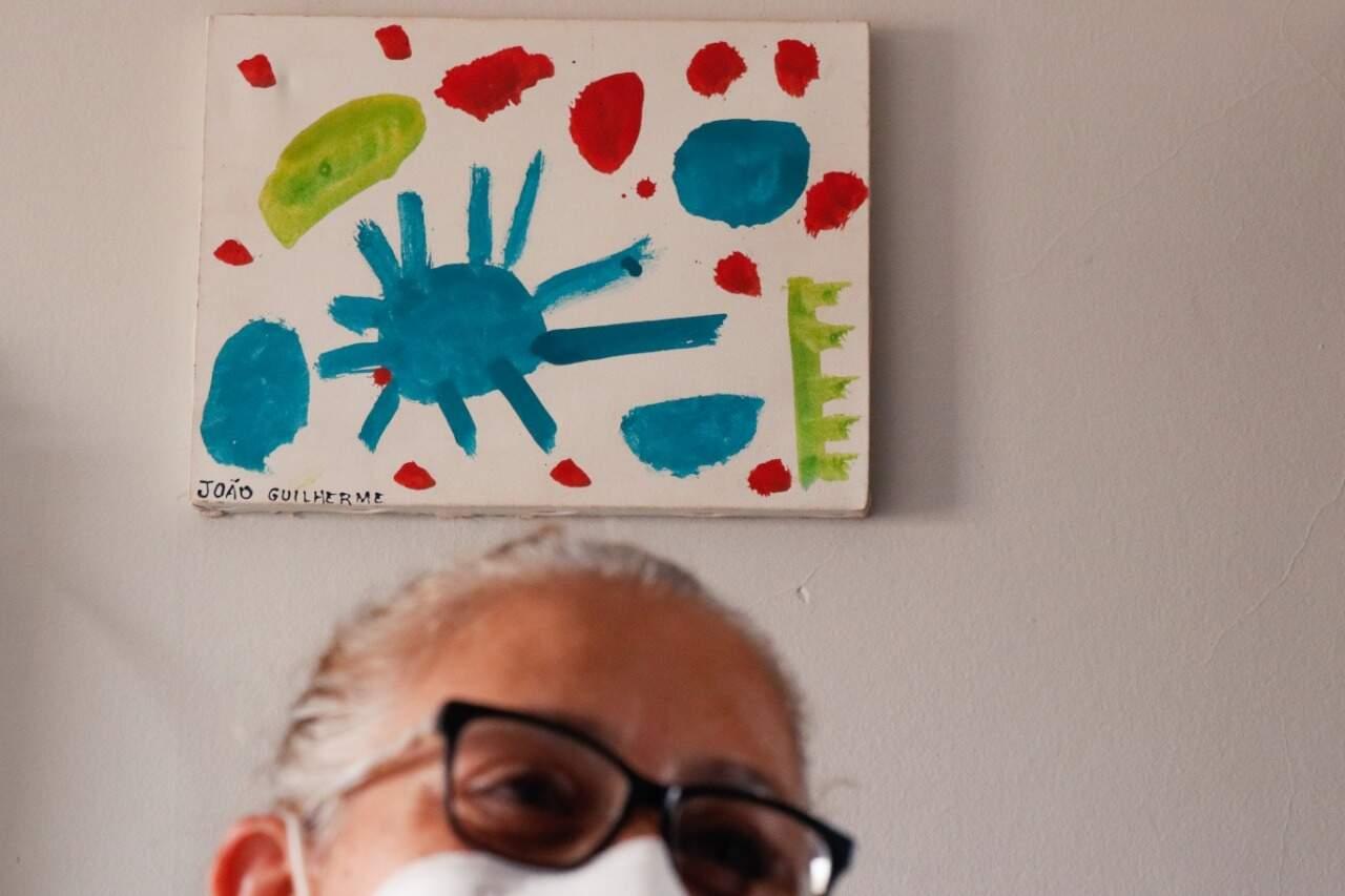 João adorava pintar e desenhar; agora, todos esses objetos servem de alento a mãe enlutada (Foto: Henrique Kawaminami)