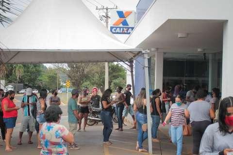 População faz filas para tirar dúvidas sobre auxílio emergencial