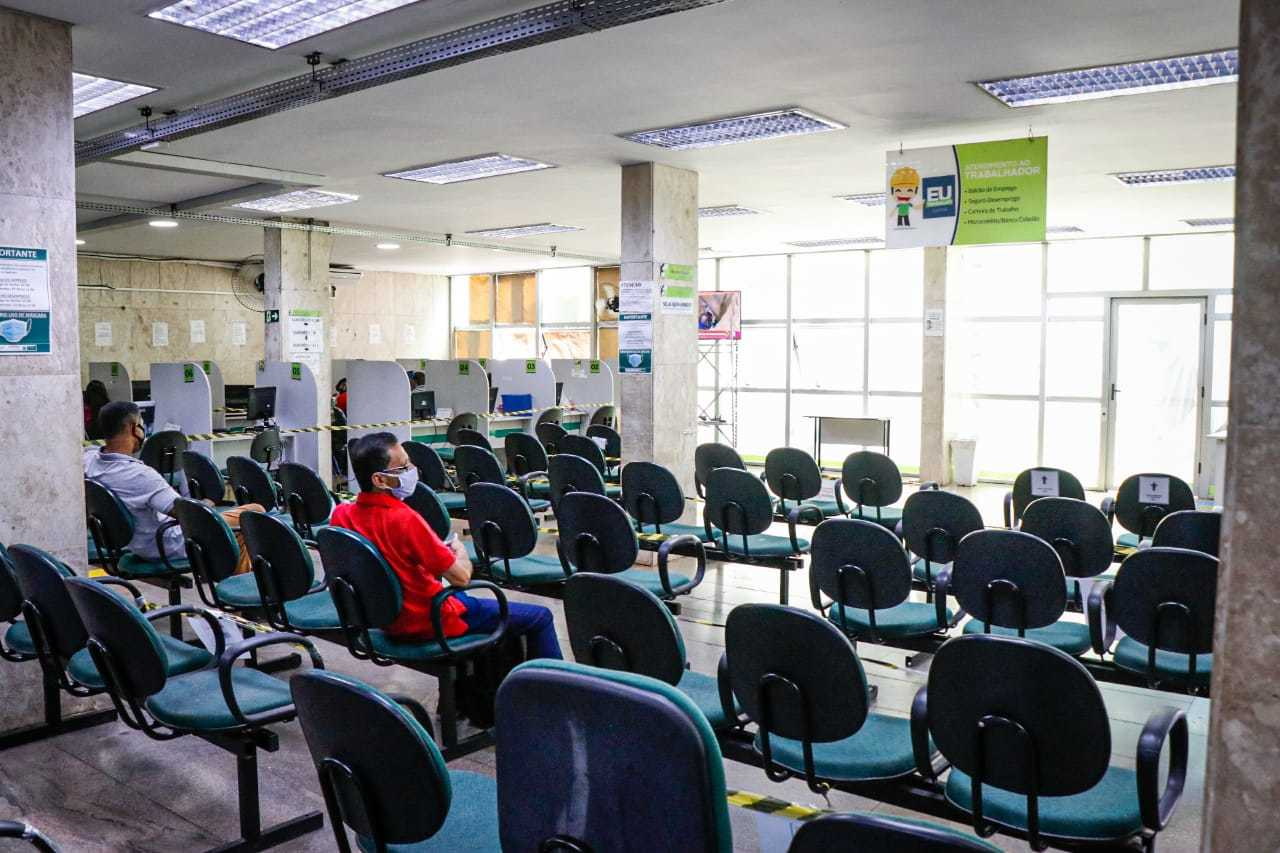 Trabalhadores aguardando atendimento na sede da agência. (Foto: Henrique Kawaminami)