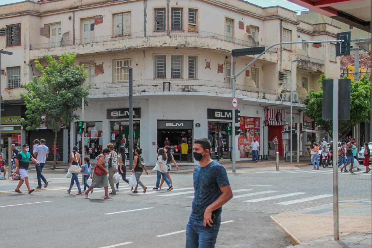 Utilizando máscaras para reduzir danos da covid-19, moradores de Campo Grande caminham pelo Centro (Foto: Marcos Maluf)