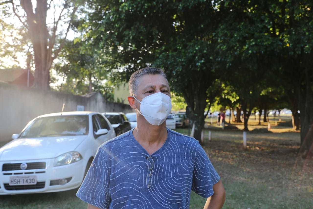 Manoel Vicente correu para a fila assim que soube da vacinação. (Foto: Paulo Francis)