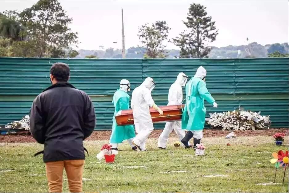Vítima da covid-19 sendo sepultada em cemitério de Campo Grande. (Foto: Henrique Kawaminami)