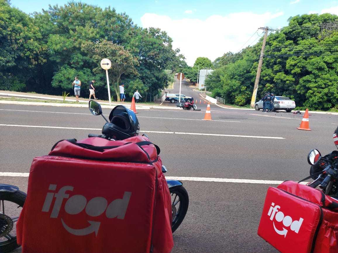 Colegas de motoentregador foram a local de acidente na tarde deste sábado. (Foto: Aletheya Alves)