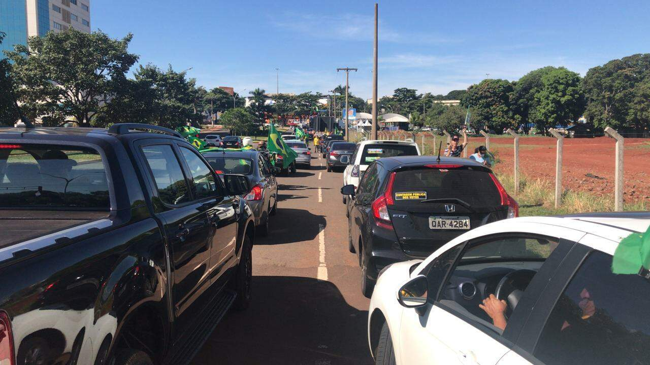 Vários carros em fila para a carreata da Marcha da Família Cristã. (Foto: Ana Paula Chuva)
