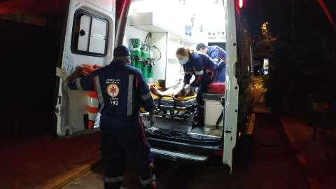 Jovem é baleado com 5 tiros e vai para hospital em estado grave após atentado