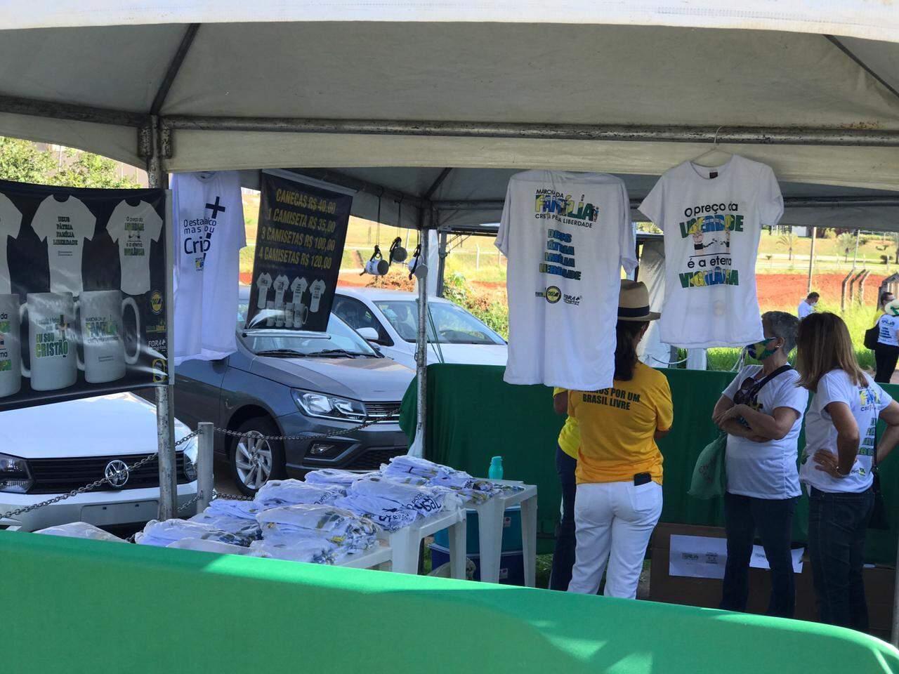 Barraca com vendas de camisetas. (Foto: Ana Paula Chuva)