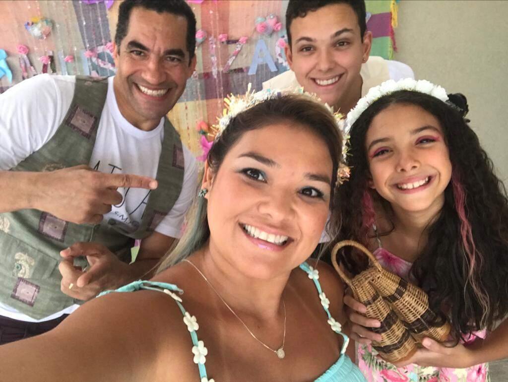 """Adriana ao lado dos filhos e do amigo percussionista; juntos, aprontaram """"peripécia"""" musical (Foto: Arquivo Pessoal)"""
