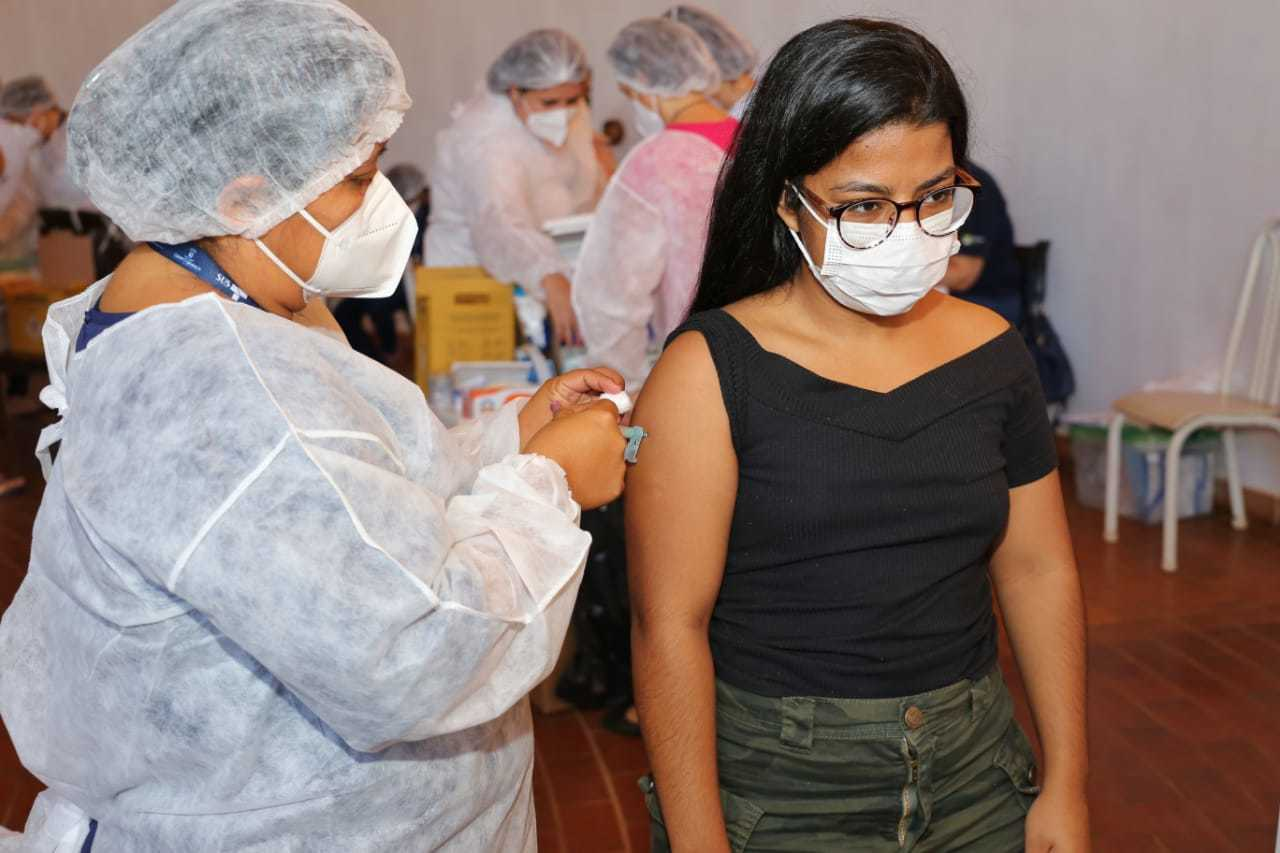 Vacinação contra covid começou a ser feita em público acima dos 18 anos (Foto: Paulo Francis)