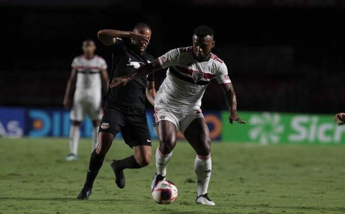 Disputa de bola durante a partida desta noite. (Foto: Rubens Chiri / saopaulofc.net)