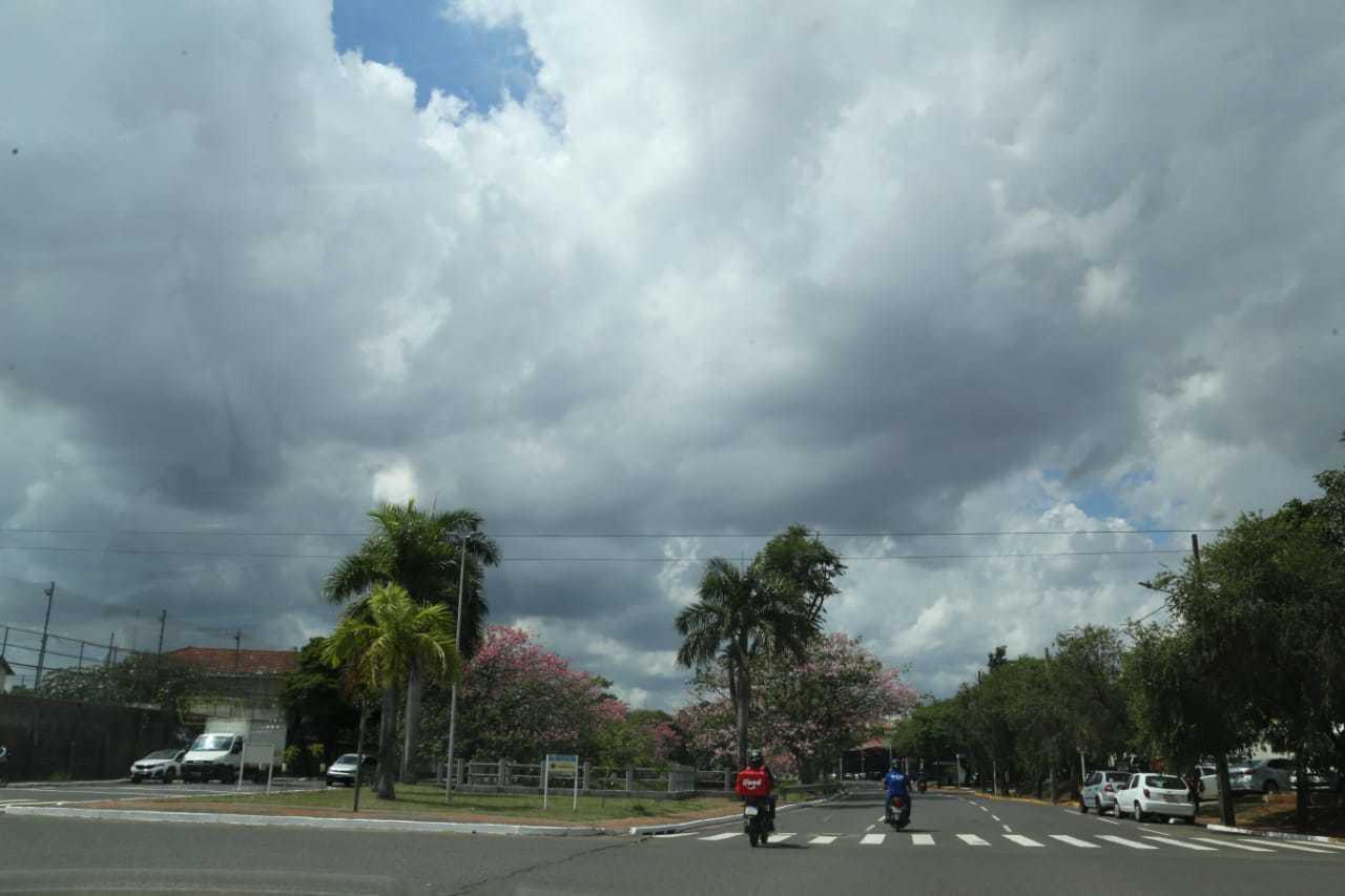 Céu com nuvens escuras na Avenida Fernando Corrêa da Costa, em Campo Grande. (Foto: Kísie Ainoã)