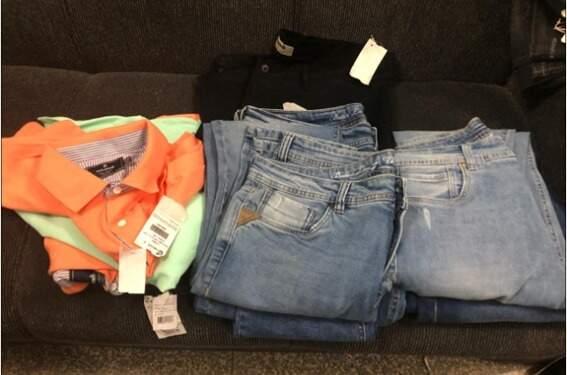 Polícia ainda encontrou peças de roupas com etiquetas, fruto de furtos (Divulgação/PC)