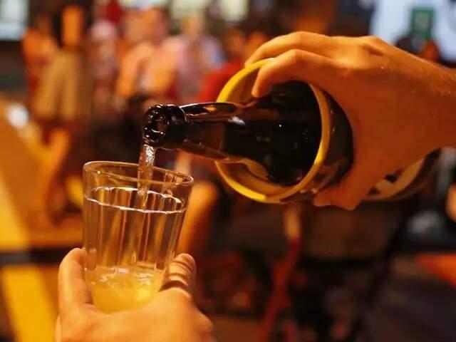 """Alerta é que mesmo """"liberado"""" para beber, consumo de álcool não deve ser feito em bar, onde a pessoa retira a máscara e fica exposta ao vírus. (Foto: Arquivo/Gerson Walber)"""
