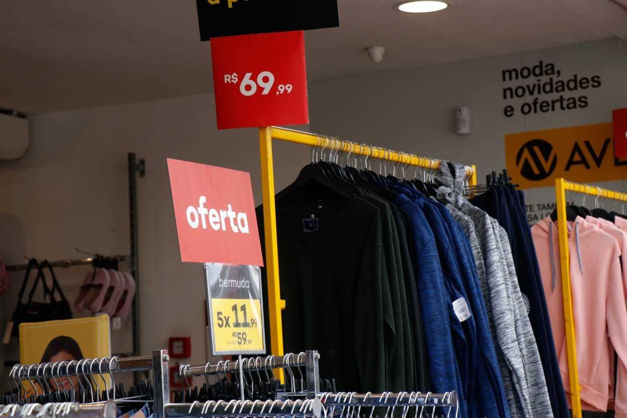 Anúncio de oferta em loja de Campo Grande. (Foto: Henrique Kawaminami)