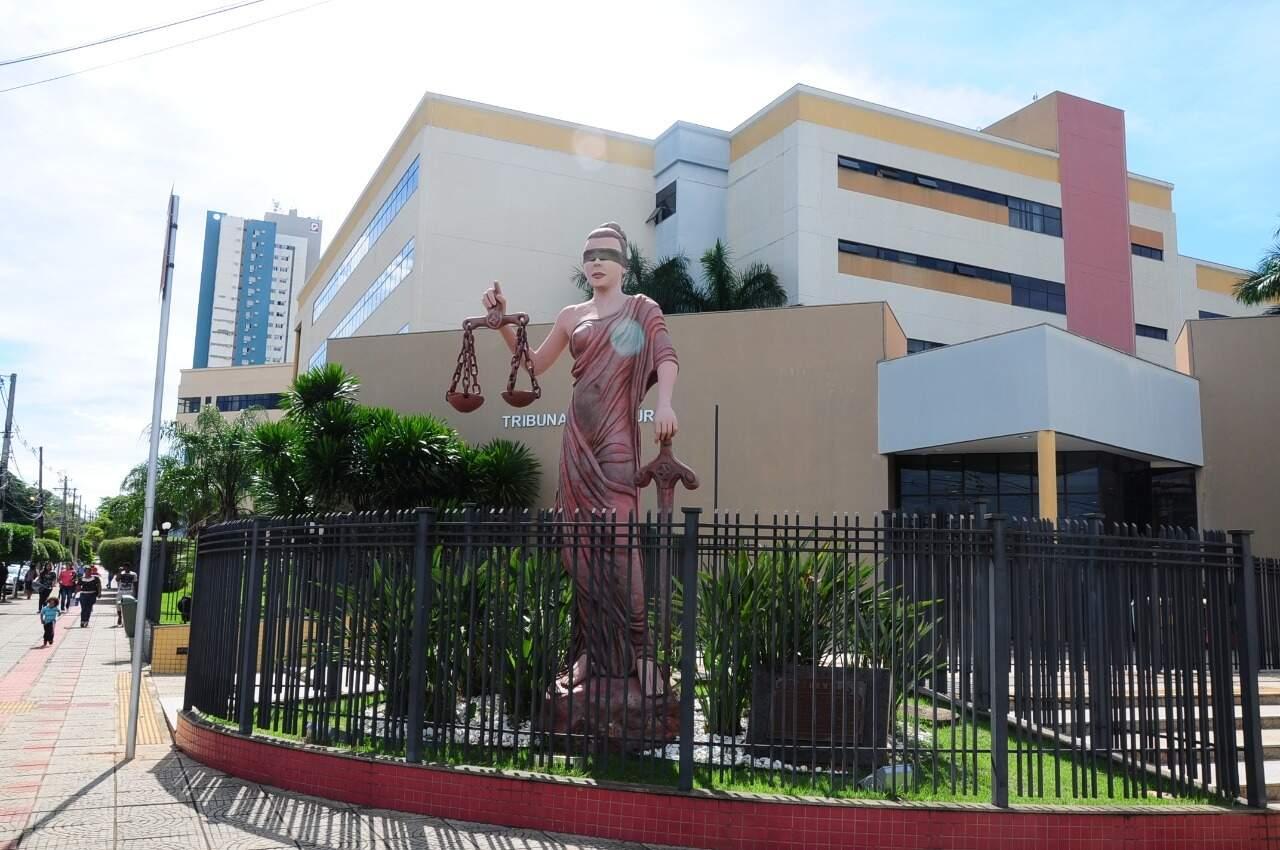 Estátua da Deus da Justiça que fica na esquina do Fórum, onde a audiência de custódia vai ocorrer. (Foto: Paulo Francis)