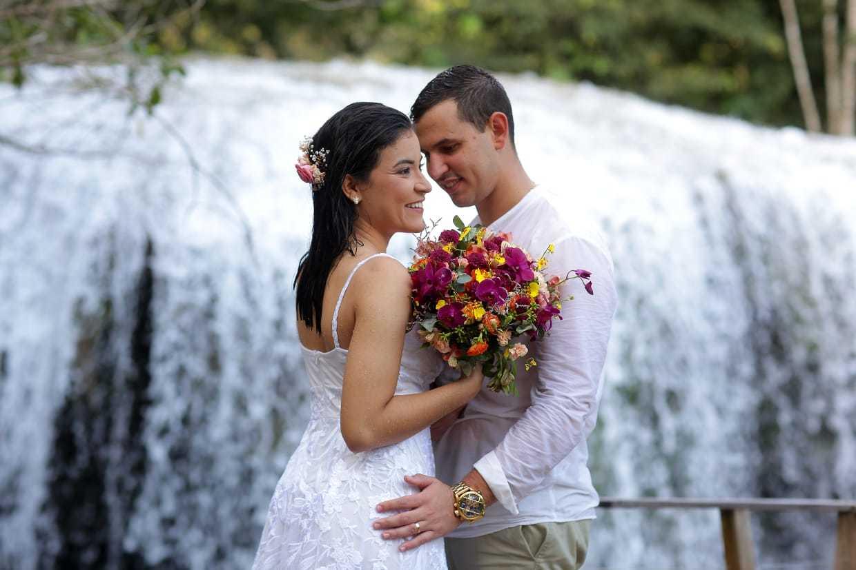 """Casal celebrou o """"sim"""" com um banho de cachoeira após cerimônia. (Foto: Regina Aoki)"""