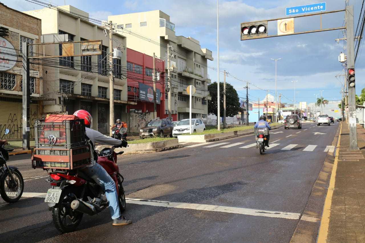 """Enquanto motociclistas respeitam sinalização, outro se arrisca """"furando"""" sinal vermelho (Foto: Kísie Ainoã)"""